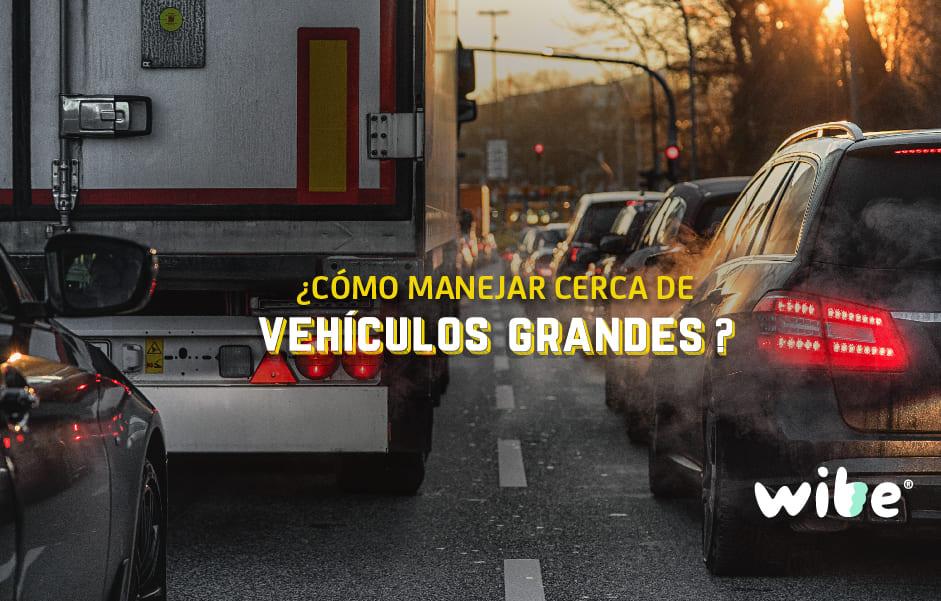 cómo manejar cerca de vehículos grandes, tips al manejar cerca de vehículos pesados, qué es el manejo defensivo, manejar al lado de un tráiler